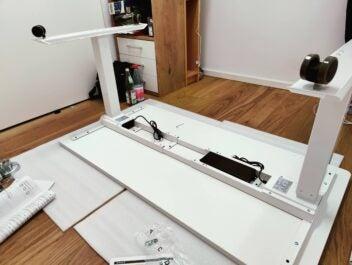 Der Aufbau des Schreibtisches - zu zweit ist es einfacher