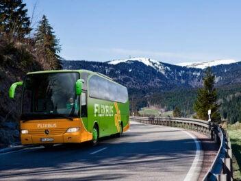 Flixbus vor Bergen mit Schnee