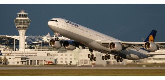 Lufthansa A340 startet am Flughafen München.
