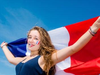 Frau mit Frankfreich-Flagge zur Frauen-Fußball-WM