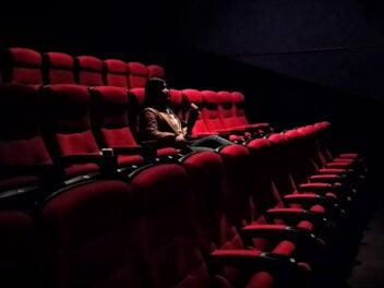 Frau allein im Kino