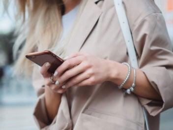 Eine Frau hält ein Handy in der Hand