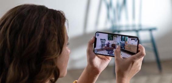 Frau mit einem iPhone XS
