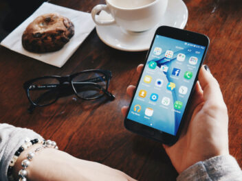 Smartphone in Frauenhand
