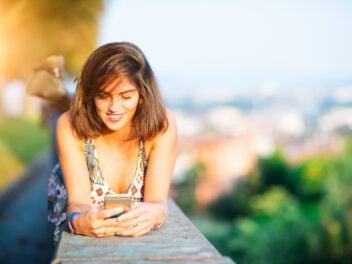 Frau mit Smartphone im Sommer