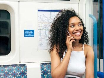 Eine Frau telefoniert mit ihrem Handy