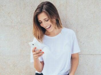 Frau mit einem Smartphone
