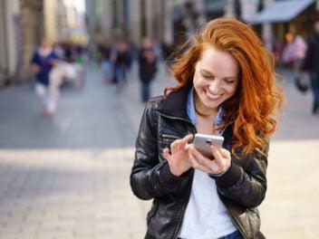 Eine Frau nutzt mit dem Smartphone mobiles Internet.