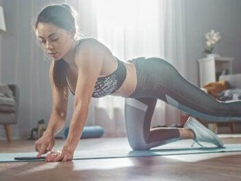 Frau nutzt eine Fitness-App