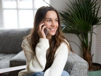Frau telefoniert mit einem Smartphone