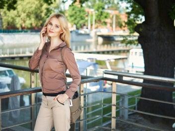 Frau telefoniert mit Smartphone im Business-Look