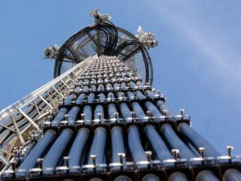 Funkmast mit Kabeln und Mobilfunk-Antennen