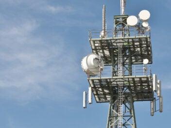 Funkmast mit diversen Antennen