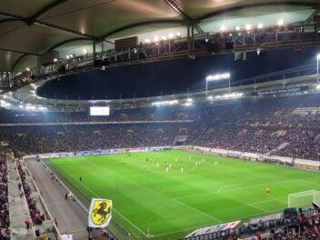Blick in ein Fußball-Stadion