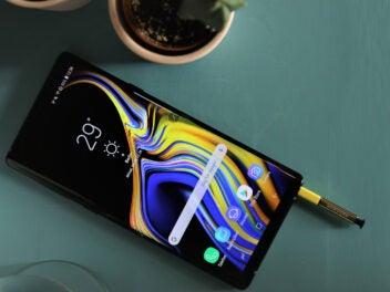 Samsung Galaxy Note 9 mit Stift liegen auf dem Tisch
