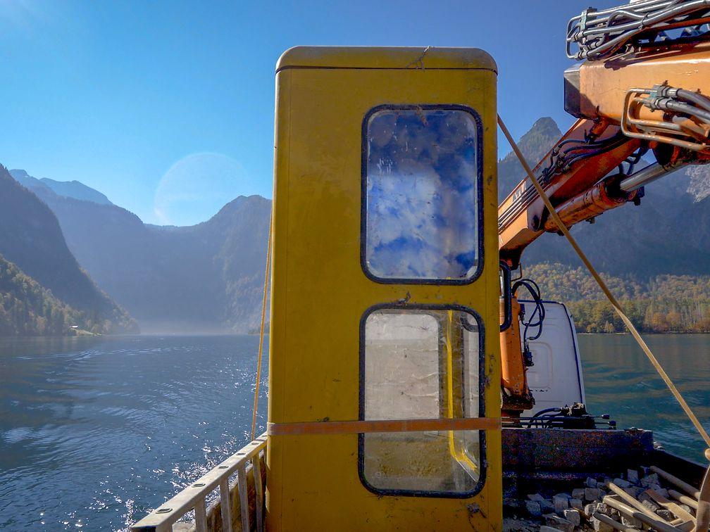 Gelbe Telefonzelle auf einer Fähre