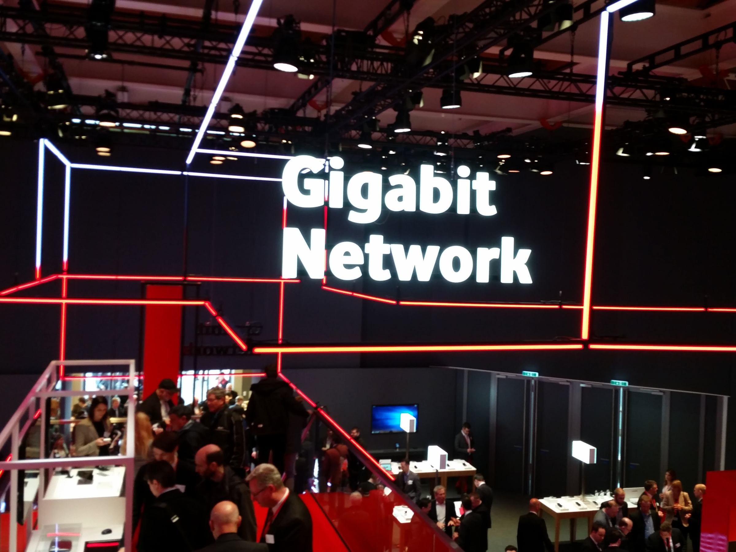 Der Schriftzug Gigabit Network schwebt über einem Messestand von Vodafone