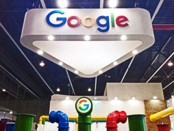 Google-Logo auf Messestand.