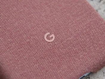 Google Pixel 3 XL mit dem Google-Logo auf einer Hülle