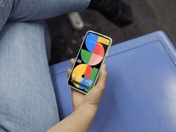 Google Pixel 5a in der Hand einer Frau.