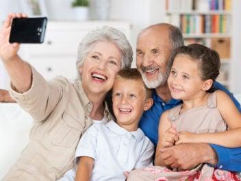 Großelter, Senioren, Enkel. Kinder, Smartphone, Selfie
