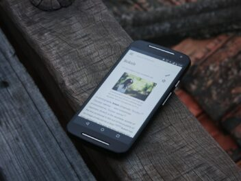 Ein Handy liegt auf einer Parkbank