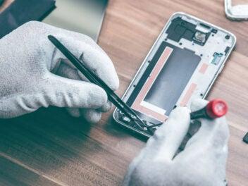 Smartphone wird repariert