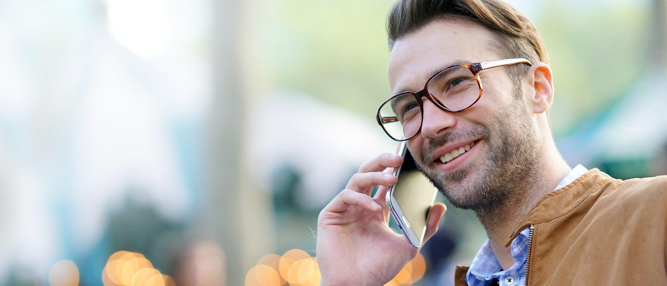 Lässiger Mann telefoniert mit dem Smartphone