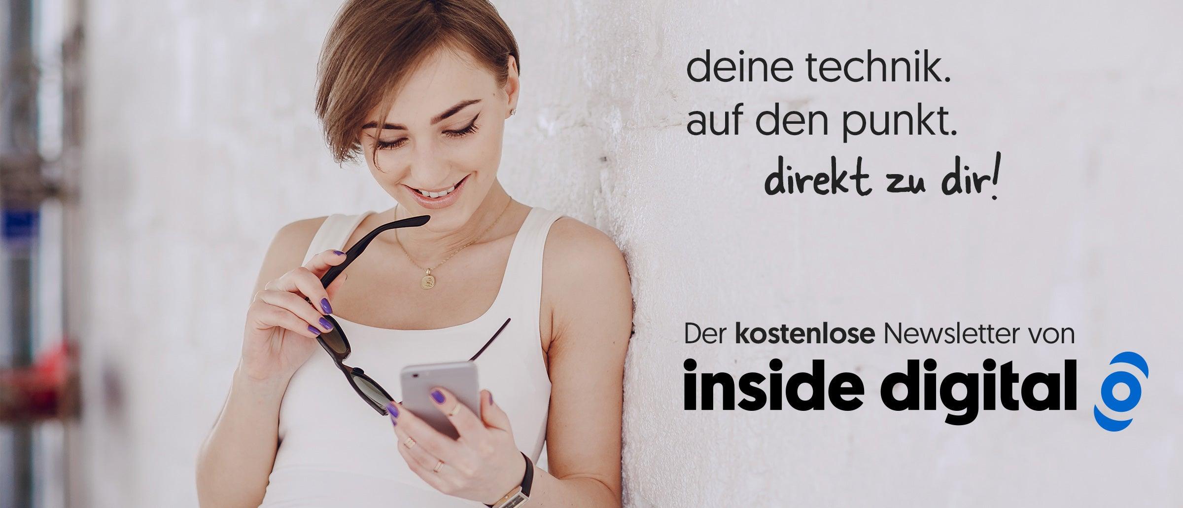 Deine Technik. Auf den Punkt. Direkt zu dir! Der kostenlose Newsletter von inside digital – Frau lehnt an Wand und liest auf dem Smartphone