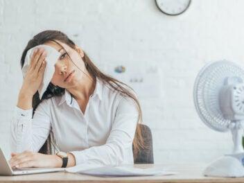 Frau bei Hitze im Büro