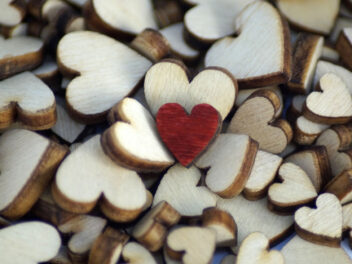 Holzherzen in Weiß und Rot