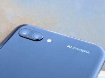 Honor 10 Smartphone auf einer rostigen Fläche
