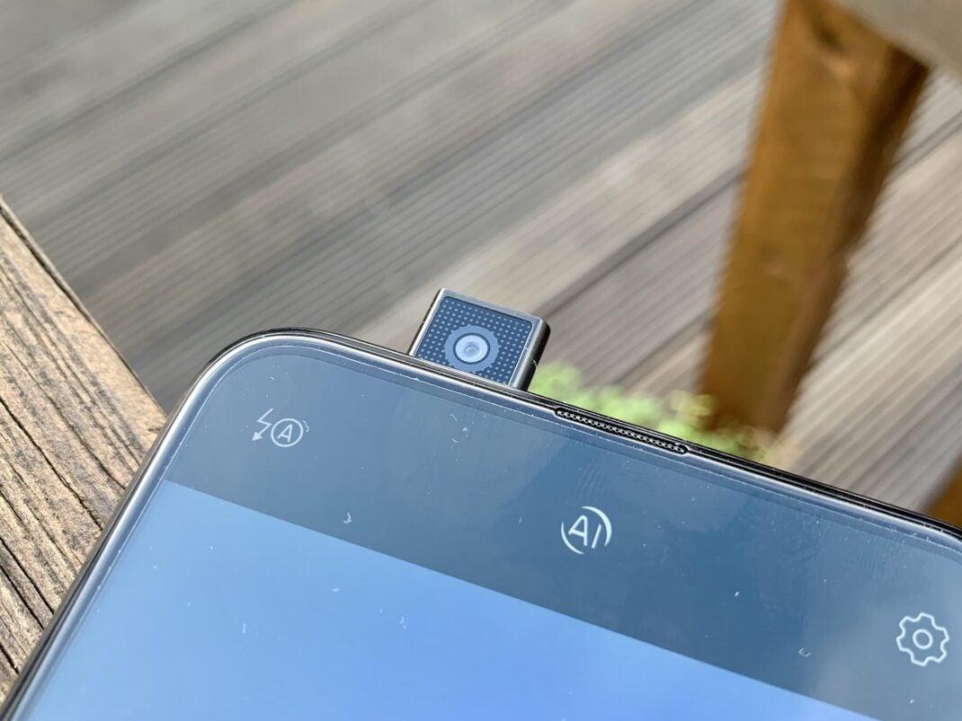 Die 16-Megapixel Frontkamera fährt aus dem Gehäuse heraus