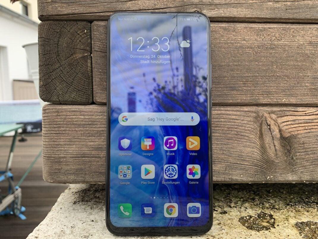 Das Display bedeckt fast die ganze Front des Smartphones