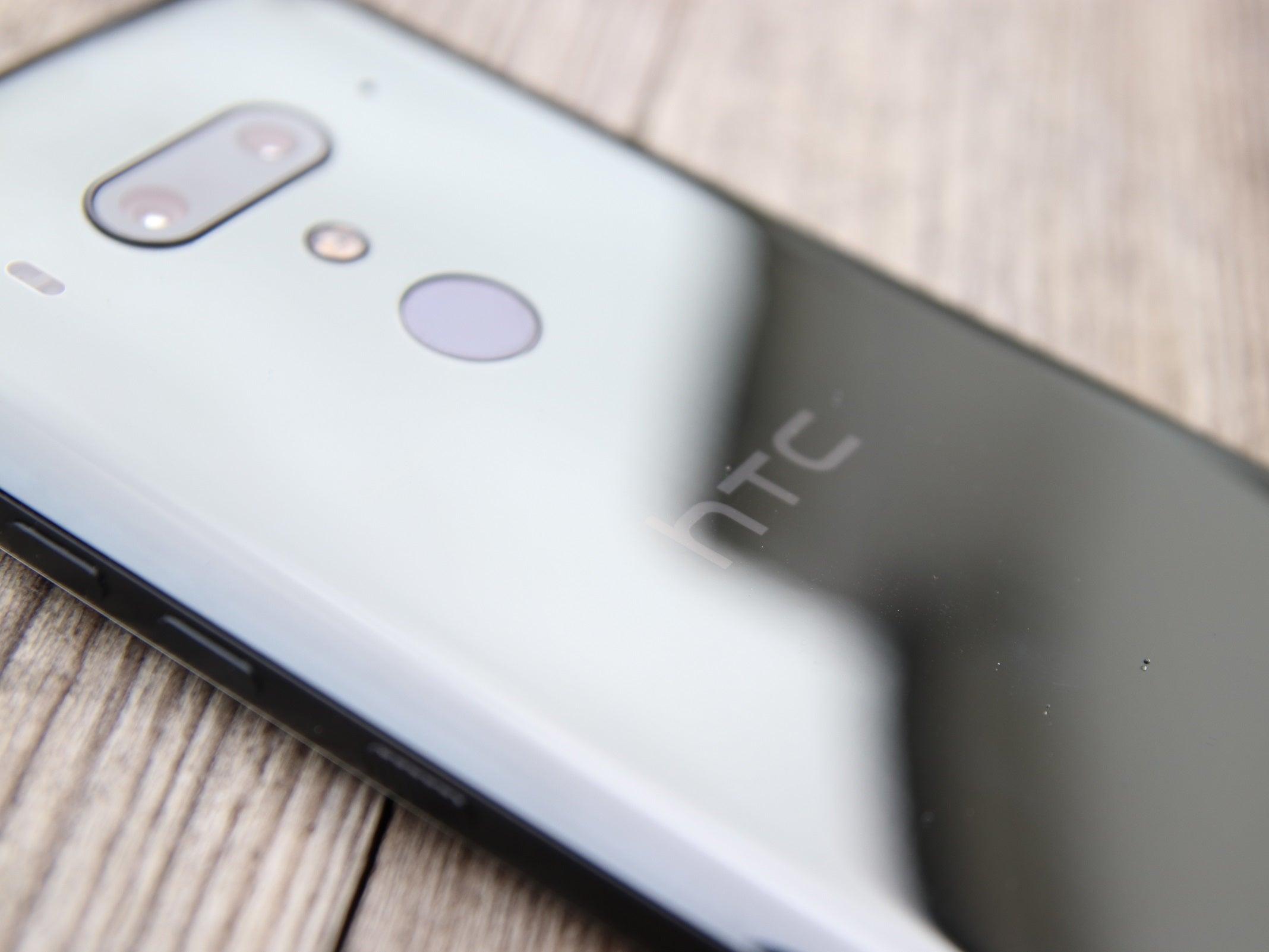 HTC U12+ auf Holzboden