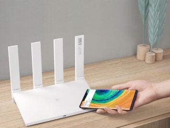 Huawei AX3 Router mit einem Smartphone
