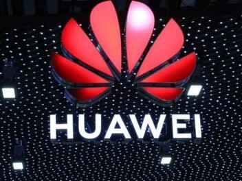 Huawei-Logo vor Lichterwand.