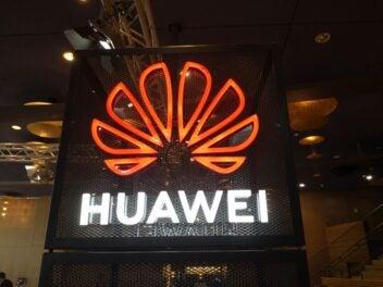 Das Huawei Logo auf einem Messestand