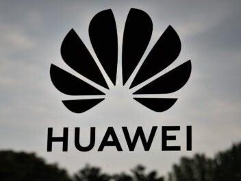 Huawei-Logo auf Scheibe