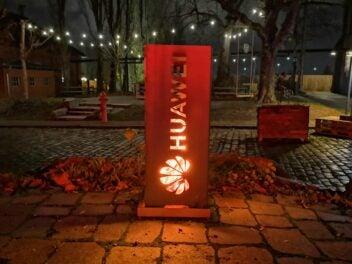Ein Huawei-Logo an einer Feuerstelle