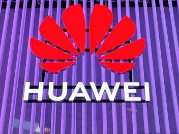 Das Logo von Huawei vor lila Leuchtstoffröhren