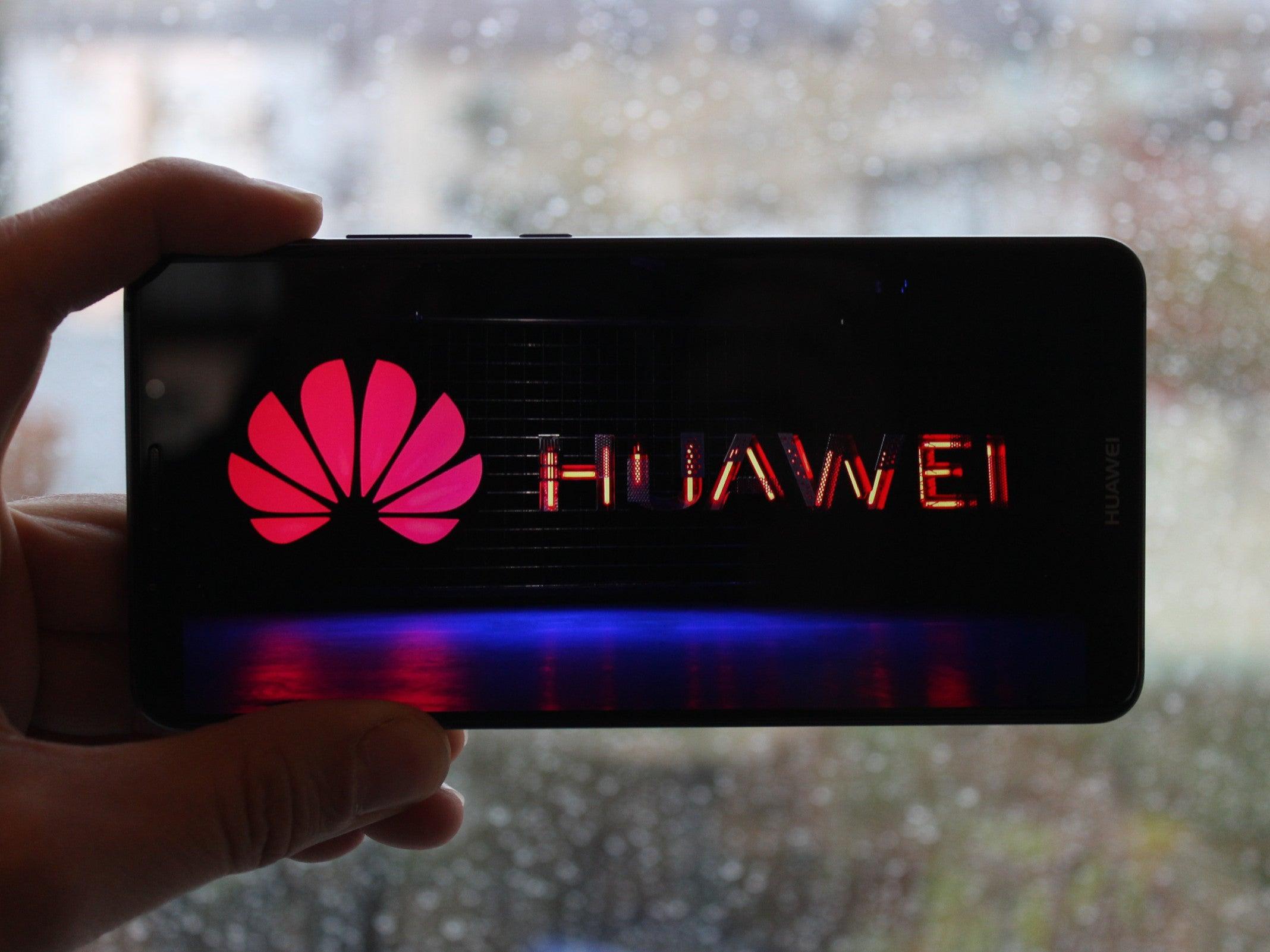 Huawei Mate 10 Pro in der Hand vor verregneter Scheibe