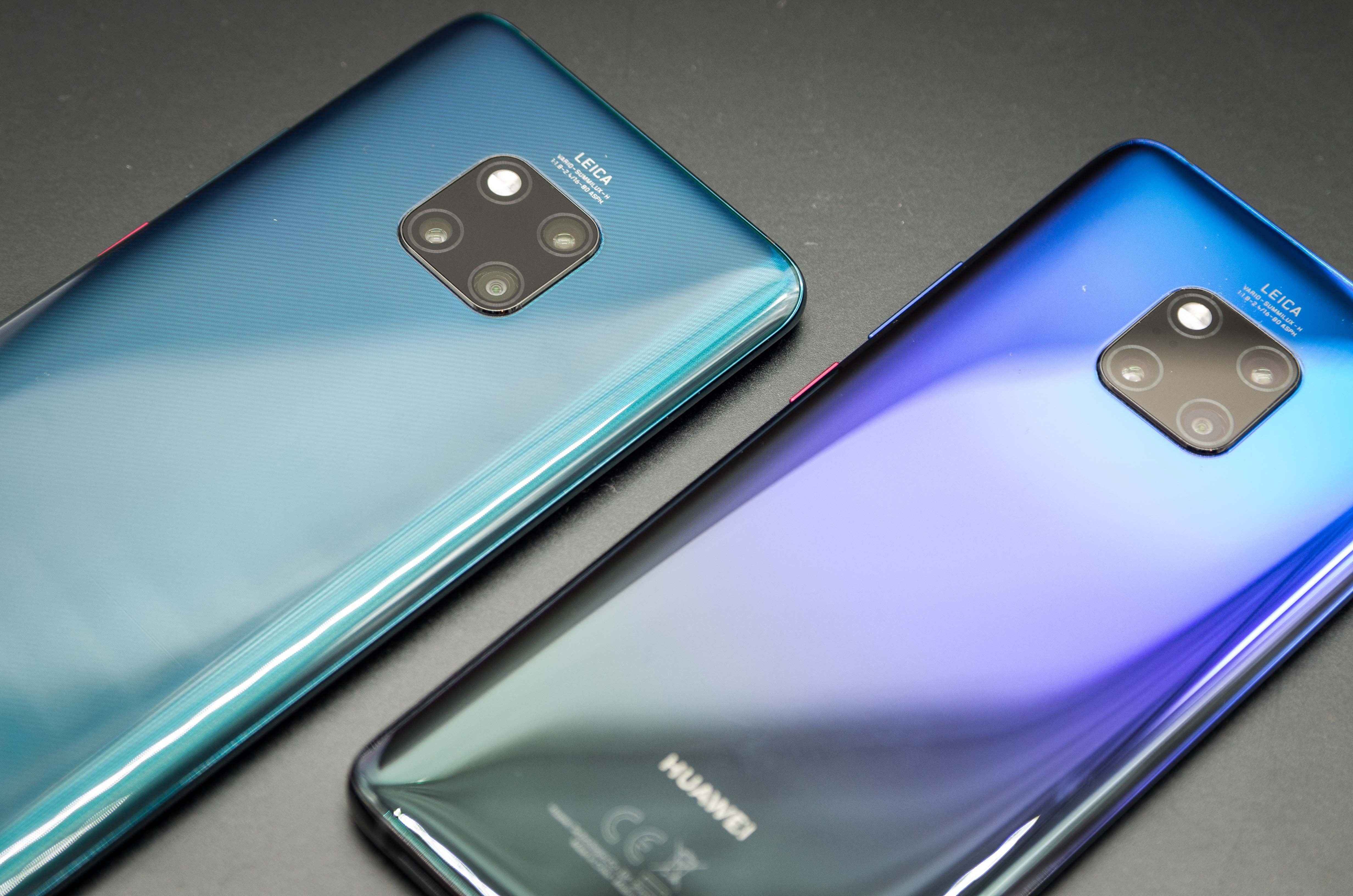 Huawei Mate 20 Pro in den Farben Grün und Twilight von hinten