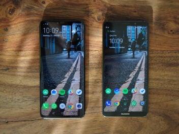 Zwei Smartphones nebeneinander auf einem Holztisch: Das Huawei Mate 20 Pro und das Mate 10 Pro