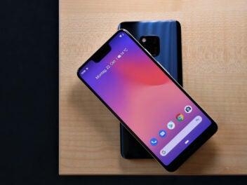 Das Google Pixel 3 XL liegt auf dem Huawei Mate 20 Pro zum umgekehrten Laden ohne Kabel