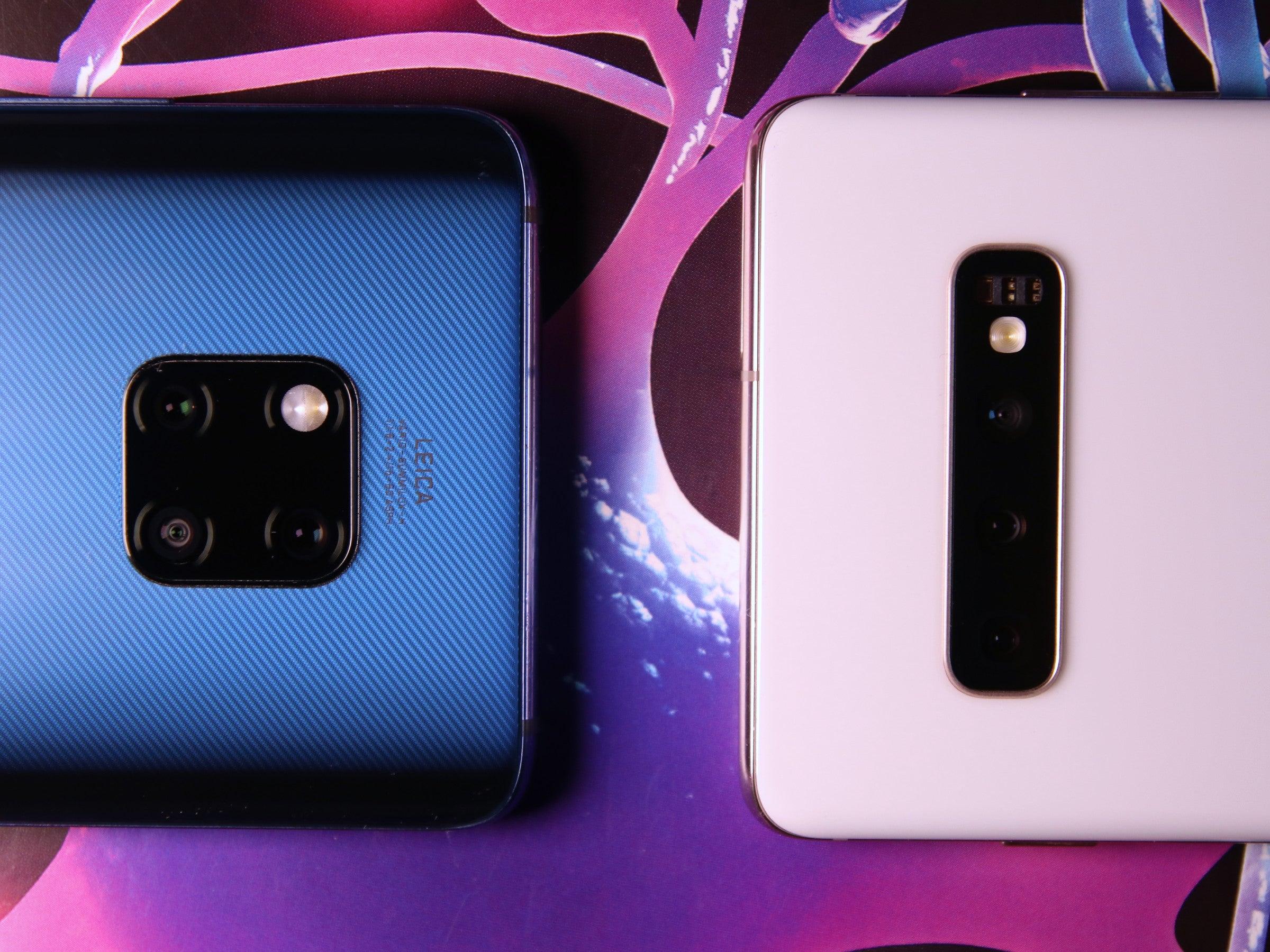 Beide Smartphone mit ihren Rückseiten aneinander: Huawei Mate 20 Pro vs. Samsung Galaxy S10+