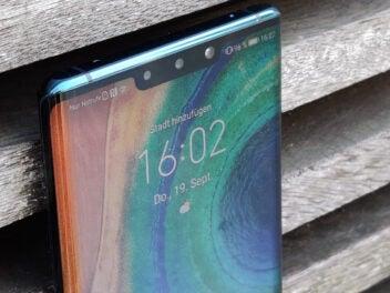 Huawei Mate 30 Pro vor einer Holzwand
