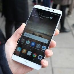 Das Huawei Mate 9 in einer Hand