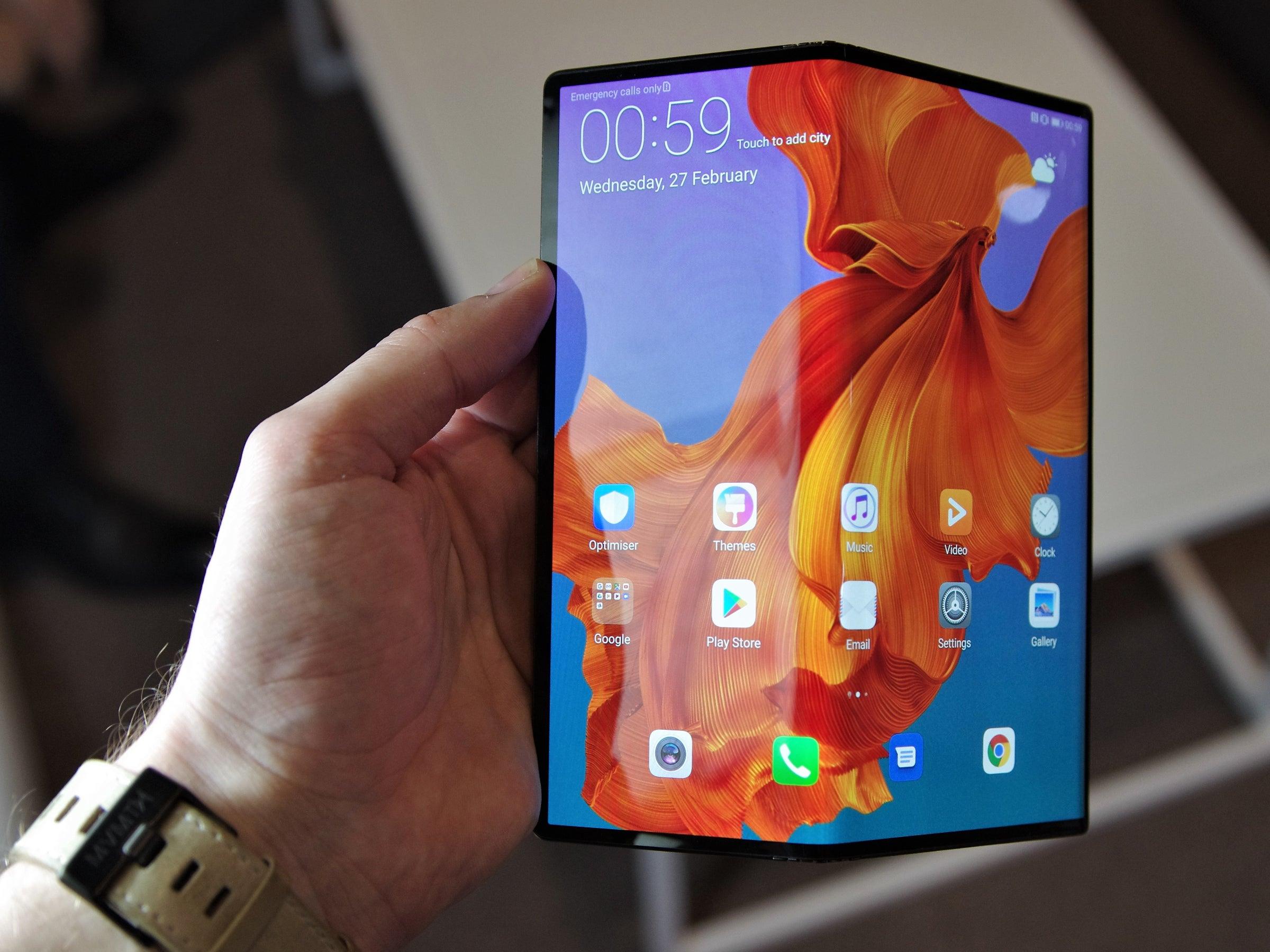 Huawei Mate X halb aufgeklappt in der Hand einem Mann