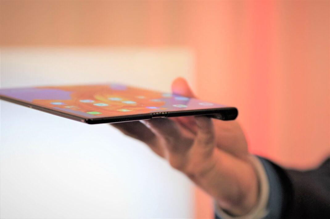 Huawei Mate X halb aufgeklappt in der Hand seitlich